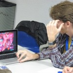 Pablo jugando (y perdiendo) a Galcon, demostrando que no es fácil ganar ni para un humano