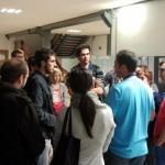 Un grupo de gente se acerca a los investigadores